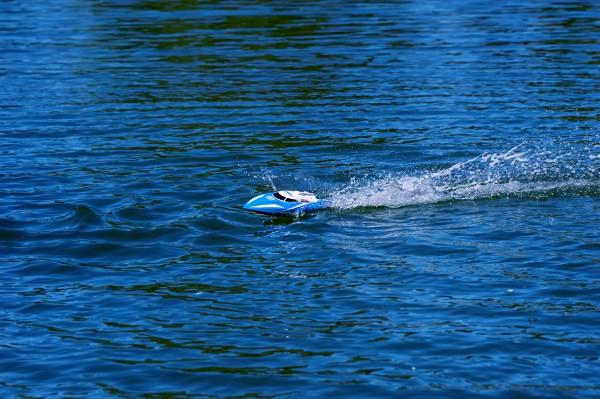 Rennboot-kommt-nicht-auf-Geschwindigket